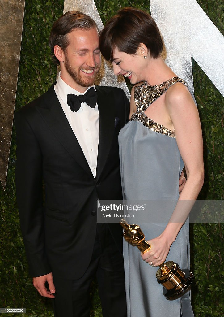 Actor Adam Shulman (L) and wife actress Anne Hathaway attend the 2013 Vanity Fair Oscar Party at the Sunset Tower Hotel on February 24, 2013 in West Hollywood, California.