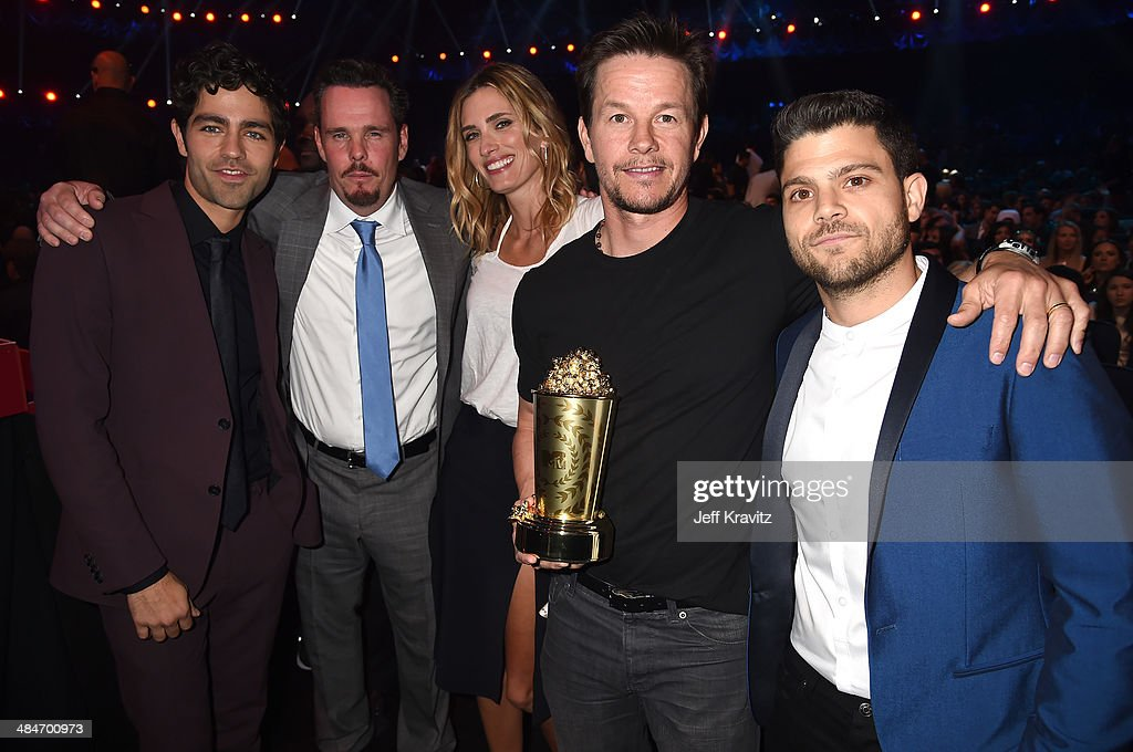 Actor Adrian Grenier actor Kevin Dillon model Rhea Durham actor Mark Wahlberg and actor Jerry Ferrara attend the 2014 MTV Movie Awards at Nokia...