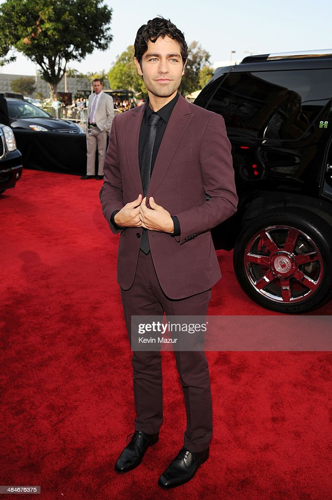 Actor <a gi-track='captionPersonalityLinkClicked' href=/galleries/search?phrase=Adrian+Grenier&family=editorial&specificpeople=211413 ng-click='$event.stopPropagation()'>Adrian Grenier</a> attends the 2014 MTV Movie Awards at Nokia Theatre L.A. Live on April 13, 2014 in Los Angeles, California.