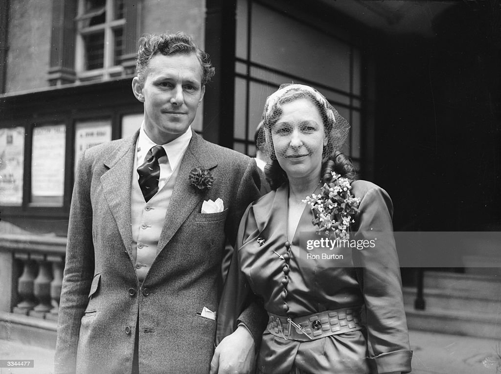 Actor and writer Hugh Falkus marries Lady Margaret Frances Anne Vane-Tempest-Stewart (1910 - 1966) at Caxton Hall in London, 18th July 1952.