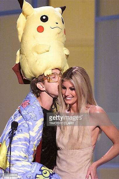 Actor Andy Dick with a Pokemon character on his head talks with singer Faith Hill at the 1999 VH1Vogue Fashion Awards 05 December 1999 in New York...