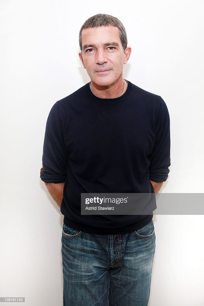 Actor <a gi-track='captionPersonalityLinkClicked' href=/galleries/search?phrase=Antonio+Banderas&family=editorial&specificpeople=171176 ng-click='$event.stopPropagation()'>Antonio Banderas</a> visits the Apple Store - Upper West Side on October 13, 2011 in New York City.