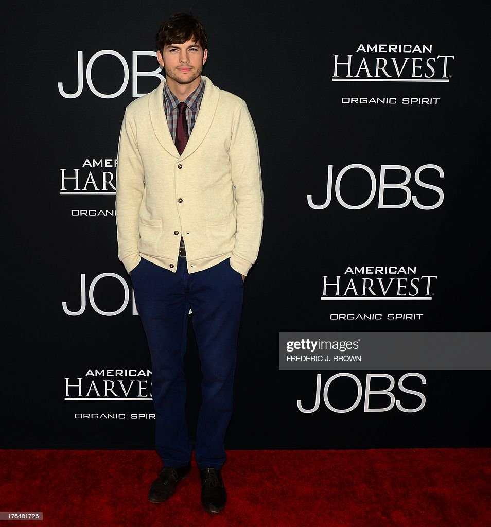 Actor Ashton Kutcher poses on arrival for the Los Angeles special screening of the film 'JOBS' in Los Angeles California on August 13, 2013 based on the story of innovator and entrepreneur Steve Jobs. AFP PHOTO/Frederic J. BROWN