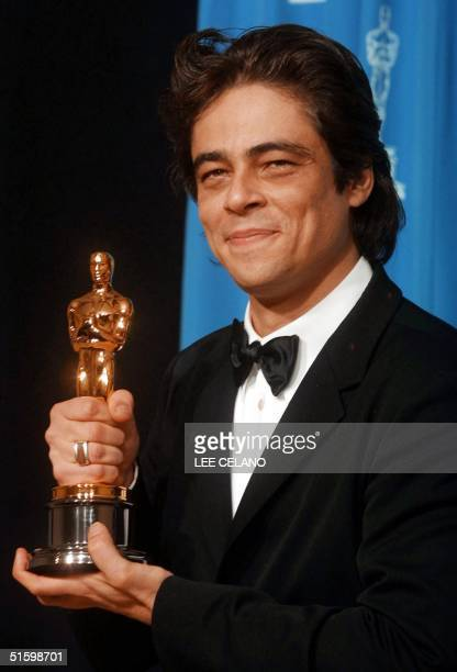 Actor Benicio Del Toro holds his Oscar for Best Supporting Actor for his role in 'Traffic' at the 73rd Annual Academy Awards at the Shrine Auditorium...