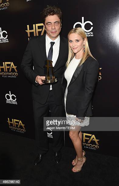 Actor Benicio del Toro winner of the Hollywood Supporting Actor Award for 'Sicario' and actress Reese Witherspoon pose in the press room during the...