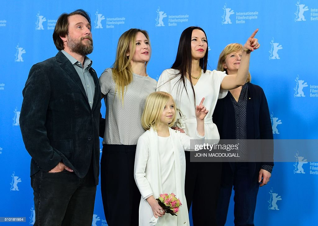Actor Bjarne Maedel, actress Julia Jentsch, German director Anne Zohra Berrached, actress Johanna Gastdorf and actress Emilia Pieske (bottom)pose at a photocall for the film '24 Weeks' (24 Wochen) during the 66th Berlinale Film Festival in Berlin on February 14, 2016. Eighteen pictures vie for the Golden Bear top prize at the event which runs from February 11 to 21, 2016. / AFP / John MACDOUGALL