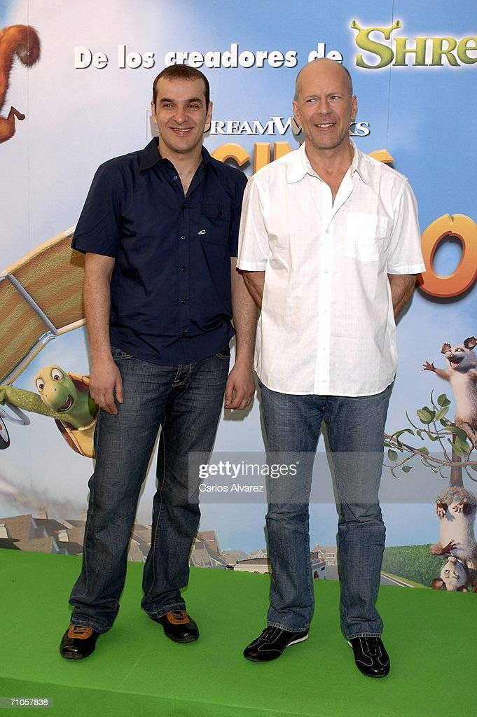 ¿Cuánto mide Luis Merlo? Actor-bruce-willis-and-spanish-actor-luis-merlo-attend-the-photocall-picture-id71057838
