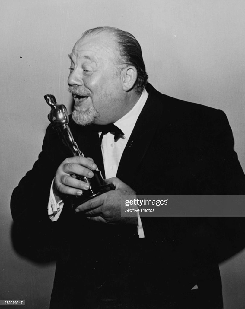 1001 películas que debes ver antes de forear. William Wyler Actor-burl-ives-holding-his-best-supporting-actor-oscar-for-the-film-picture-id585266247