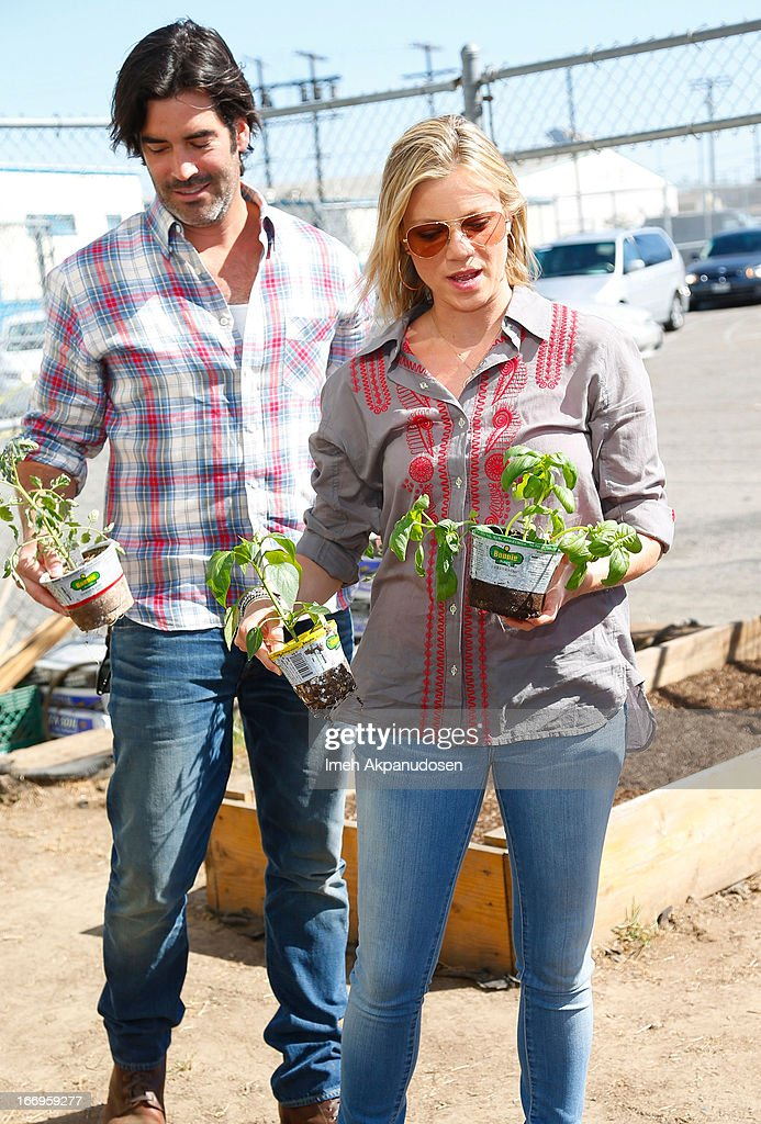Actor Carter Oosterhouse (L) and Amy Smart attend the Environmental Media Association's celebration of Earth Day at Cochran Middle School on April 18, 2013 in Los Angeles, California.