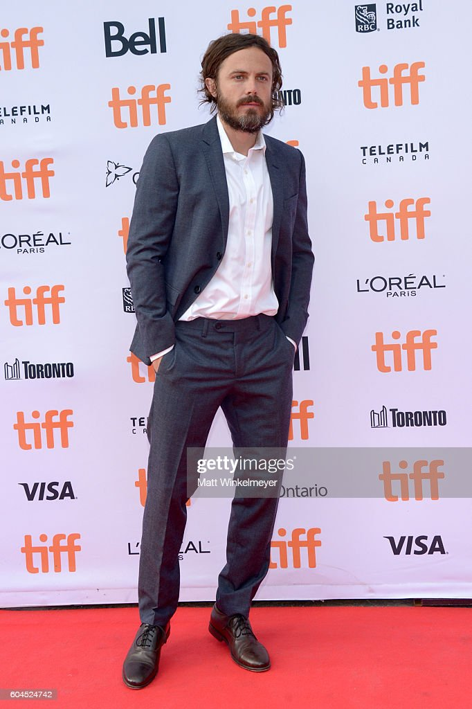 actor-casey-affleck-attends-the-manchester-by-the-sea-premiere-during-picture-id604524742
