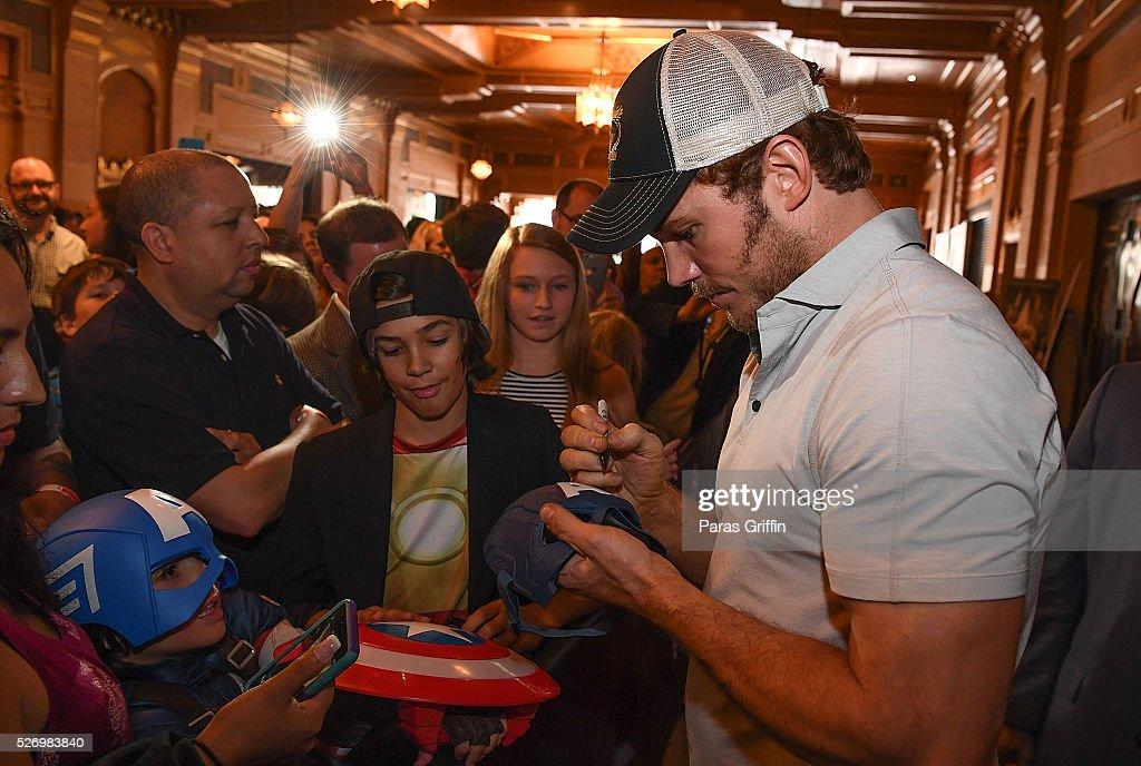 Actor Chris Pratt (R) attends 'Captain America: Civil War' Atlanta Cast & Crew screening at The Fox Theatre on May 1, 2016 in Atlanta, Georgia.