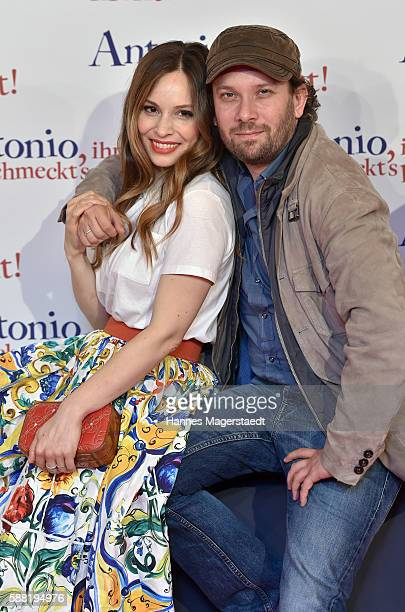 Actor Christian Ulmen and Mina Tander pose during the premiere of the film 'Antonio ihm schmeckt's nicht' at Mathaeser Filmpalast on August 10 2016...