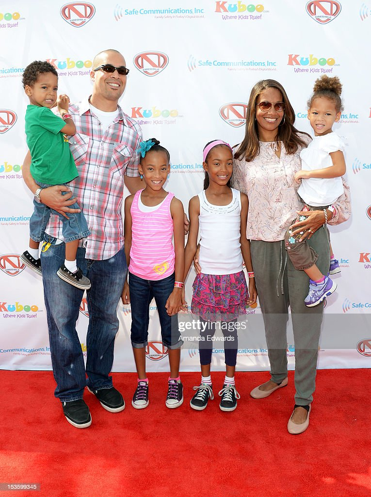 Actor <a gi-track='captionPersonalityLinkClicked' href=/galleries/search?phrase=Coby+Bell&family=editorial&specificpeople=631284 ng-click='$event.stopPropagation()'>Coby Bell</a> (L) and his family arrive at 'Family Day' hosted by Nick Cannon at Santa Monica Pier on October 6, 2012 in Santa Monica, California.