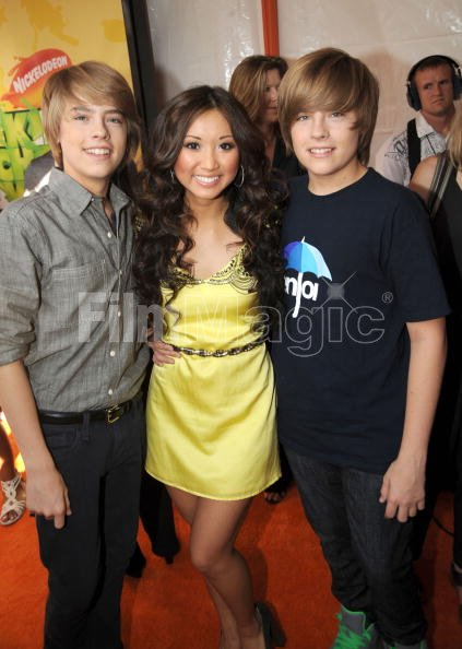 ¿Cuánto mide Brenda Song? - Real height Actor-cole-sprouse-actress-brenda-song-and-actor-dylan-sprouse-arrive-picture-id85986369?s=594x594&w=107
