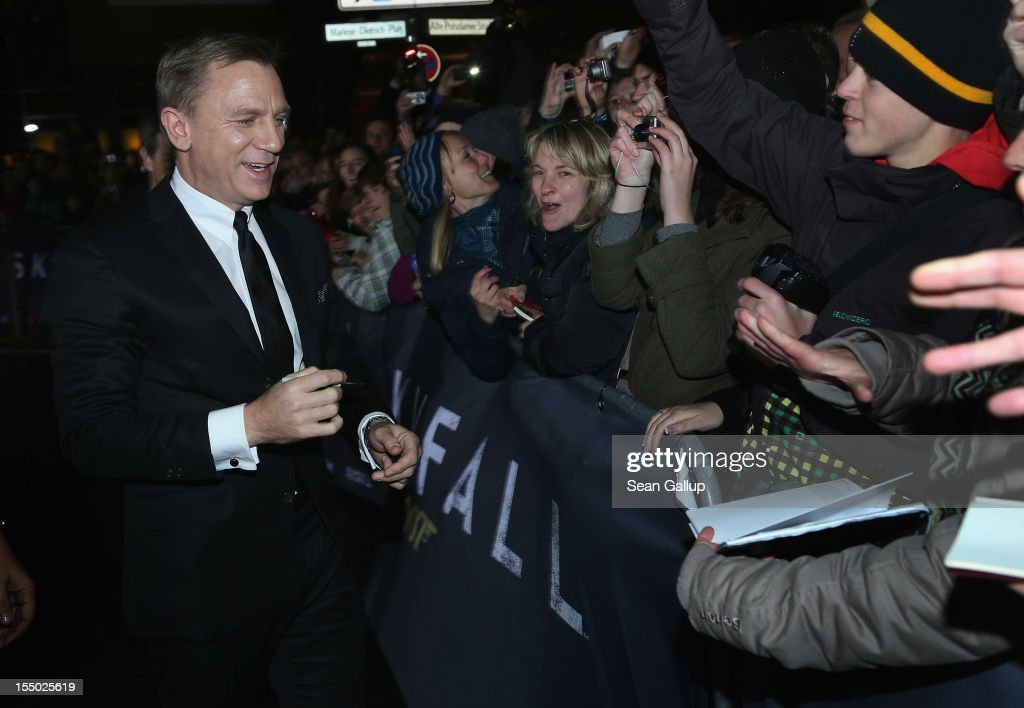 Actor Daniel Craig attends the Germany premiere of 'Skyfall' at the Theater am Potsdamer Platz on October 30, 2012 in Berlin, Germany.