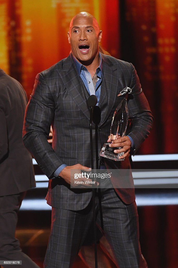 actor-dwayne-johnson-accepts-favorite-premium-series-actor-for-the-picture-id632019276
