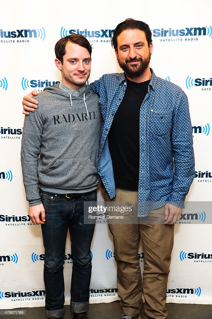 ¿Cuánto mide Elijah Wood? - Real height Actor-elijah-wood-and-director-eugenio-mira-visit-siriusxm-studios-on-picture-id475071785