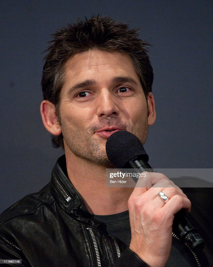 Actor Eric Bana visits the Apple Store Soho on April 5, 2011 in New York - actor-eric-bana-visits-the-apple-store-soho-on-april-5-2011-in-new-picture-id111682148