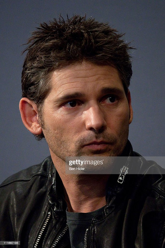 Actor Eric Bana visits the Apple Store Soho on April 5, 2011 in New York - actor-eric-bana-visits-the-apple-store-soho-on-april-5-2011-in-new-picture-id111682195