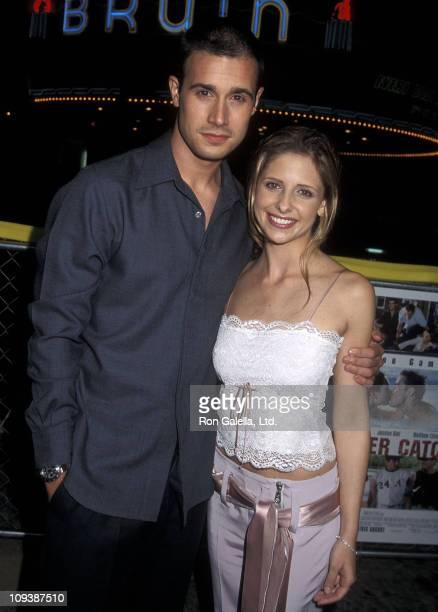 Actor Freddie Prinze Jr and actress Sarah Michelle Gellar attend the 'Summer Catch' Westwood Premiere on August 22 2001 at Mann Village Theatre in...