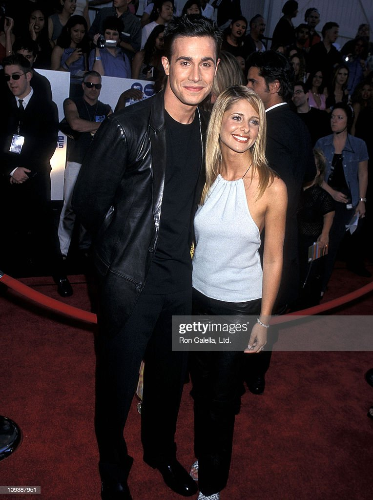 Actor Freddie Prinze Jr and actress Sarah Michelle Gellar attend the Ninth Annual MTV Movie Awards on June 3 2000 at Sony Pictures Studios in Culver...