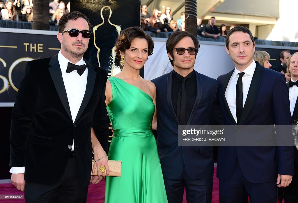 Actor Gael Garcia Bernal (2nd R) arrives with Best Foreign Language Film nominee director Pablo Larraín Matte (L), actress Antonia Zegers and twin-brother Juan de Dios Larrain (R) on the red carpet for the 85th Annual Academy Awards on February 24, 2013 in Hollywood, California. AFP PHOTO/FREDERIC J. BROWN