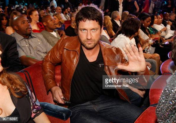 Actor Gerard Butler poses for a picture as he attends the 2009 MTV Video Music Awards at Radio City Music Hall on September 13 2009 in New York City