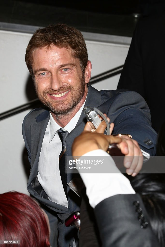 Actor Gerard Butler signs autographs and poses with fans during the 'Olympus Has Fallen' Mexico City Premiere red carpet on April 12, 2013 in Mexico City, Mexico.