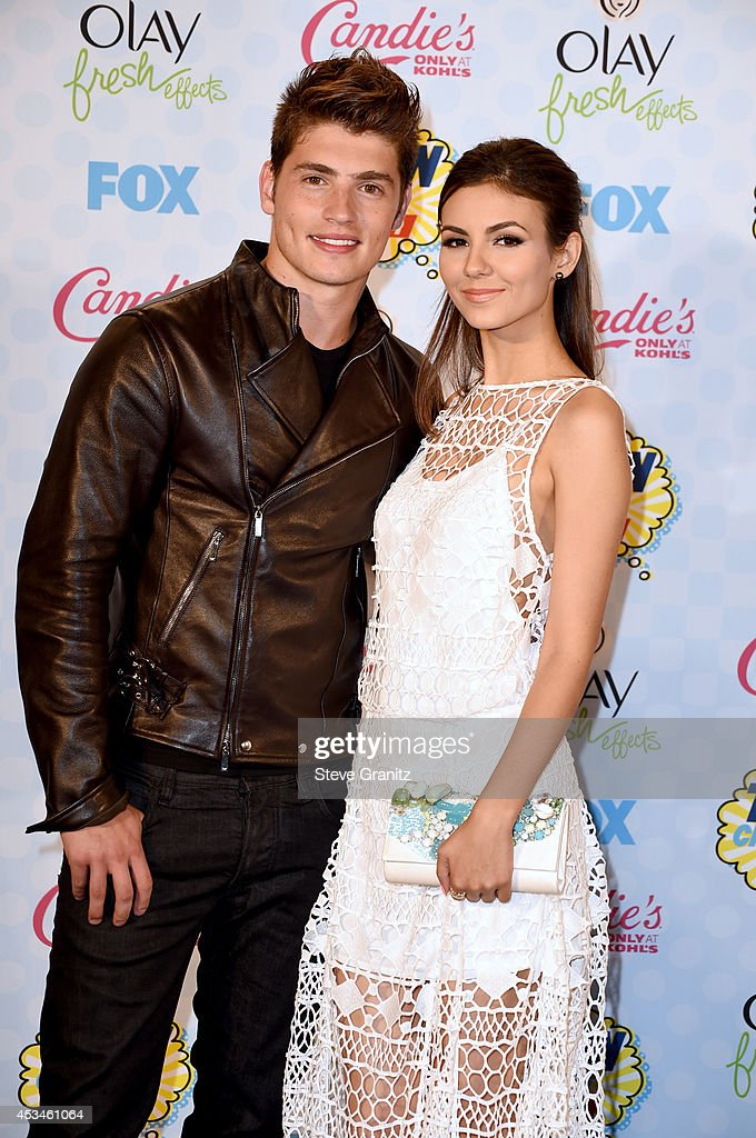Actor Gregg Sulkin (L) and actress/Recording artist Victoria Justice attend FOX's 2014 Teen Choice Awards at The Shrine Auditorium on August 10, 2014 in Los Angeles, California.