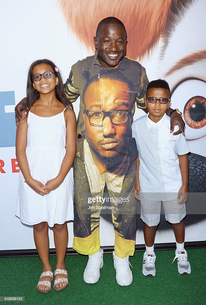 Actor <a gi-track='captionPersonalityLinkClicked' href=/galleries/search?phrase=Hannibal+Buress&family=editorial&specificpeople=4517735 ng-click='$event.stopPropagation()'>Hannibal Buress</a> (C) attends the 'Secret Life Of Pets' New York premiere on June 25, 2016 in New York City.
