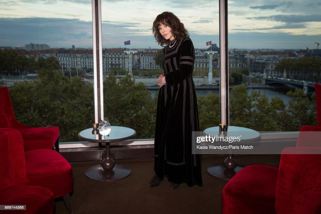 Isabelle Adjani, Paris Match Issue 3571, November 1, 2017
