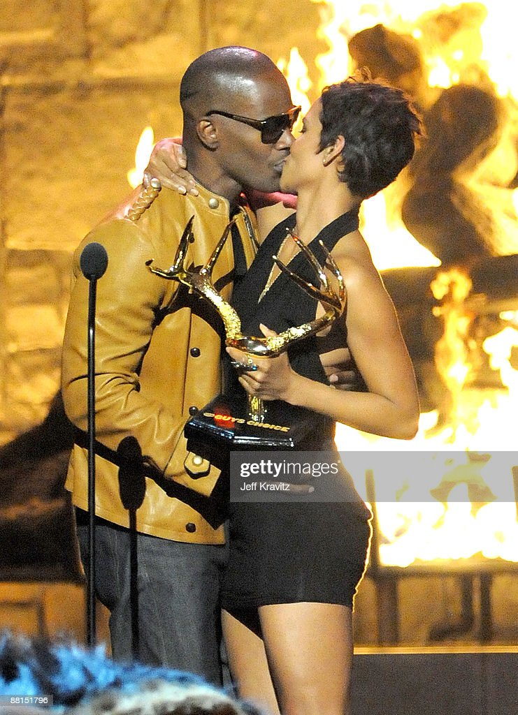Actor <a gi-track='captionPersonalityLinkClicked' href=/galleries/search?phrase=Jamie+Foxx&family=editorial&specificpeople=201715 ng-click='$event.stopPropagation()'>Jamie Foxx</a> (L) and actress <a gi-track='captionPersonalityLinkClicked' href=/galleries/search?phrase=Halle+Berry&family=editorial&specificpeople=201726 ng-click='$event.stopPropagation()'>Halle Berry</a> kiss onstage at Spike TV's 2009 'Guys Choice Awards' held at the Sony Studios on May 30, 2009 in Los Angeles, California.