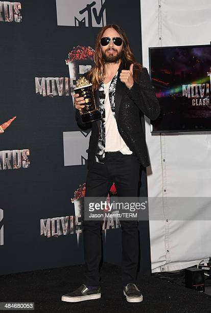 Actor Jared Leto poses with the MTV Movie Award for Best Transformation for 'Dallas Buyers Club' in the press room during the 2014 MTV Movie Awards...