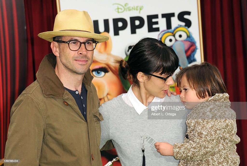 Actor Jason Lee and actress Ceren Alkac with daughter arrive for 'The Muppets' Los Angeles Premiere held at the El Capitan Theatre on November 12, 2011 in Hollywood, California.