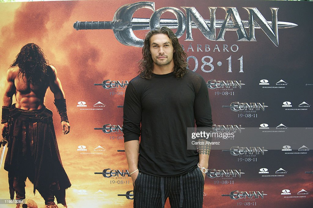 jason momoa attends conan the barbarian photocall in