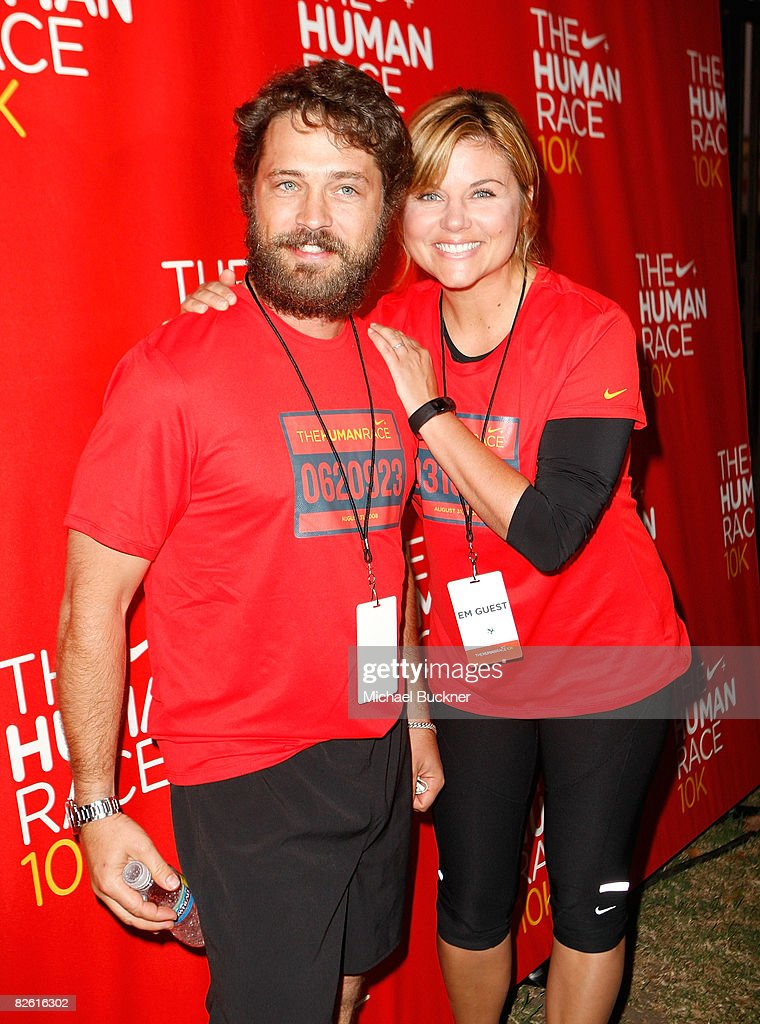 Actor Jason Priestley and actress Tiffani Thiessen attend the NikeHuman 10k race at the Los Angeles Coliseum on August 31 2008 in Los Angeles...