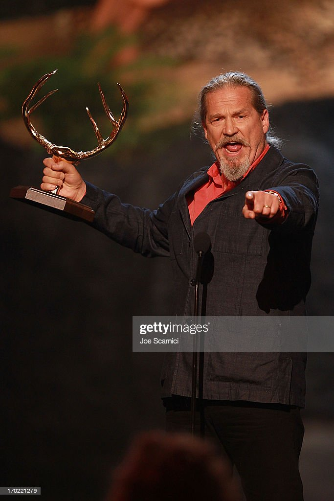 Actor <a gi-track='captionPersonalityLinkClicked' href=/galleries/search?phrase=Jeff+Bridges&family=editorial&specificpeople=201735 ng-click='$event.stopPropagation()'>Jeff Bridges</a> accepts an award on stage during 2013 Spike TV 'Guys Choice' - Show at Sony Pictures Studios on June 8, 2013 in Culver City, California.