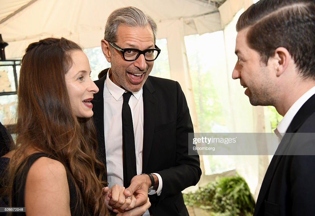 Actor Jeff Goldblum, center, and and Emilie Livingston attend the 23rd Annual White House Correspondents' Garden Brunch in Washington, D.C., U.S., on Saturday, April 30, 2016. The event will raise awareness for Halcyon Incubator, an organization that supports early stage social entrepreneurs 'seeking to change the world' through an immersive 18-month fellowship program. Photographer: David Paul Morris/Bloomberg via Getty Images