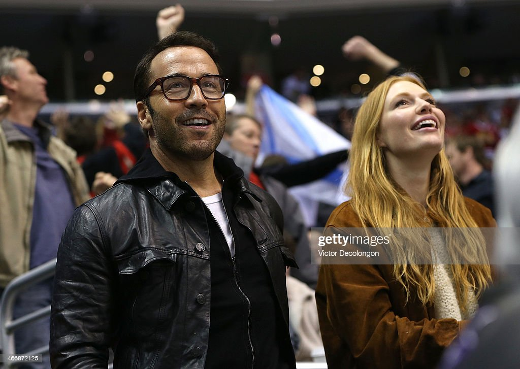 Actor <a gi-track='captionPersonalityLinkClicked' href=/galleries/search?phrase=Jeremy+Piven&family=editorial&specificpeople=206338 ng-click='$event.stopPropagation()'>Jeremy Piven</a> (L) attends the NHL game between the Chicago Blackhawks and the Los Angeles Kings at Staples Center on February 3, 2014 in Los Angeles, California. The Blackhawks defeated the Kings 5-3.