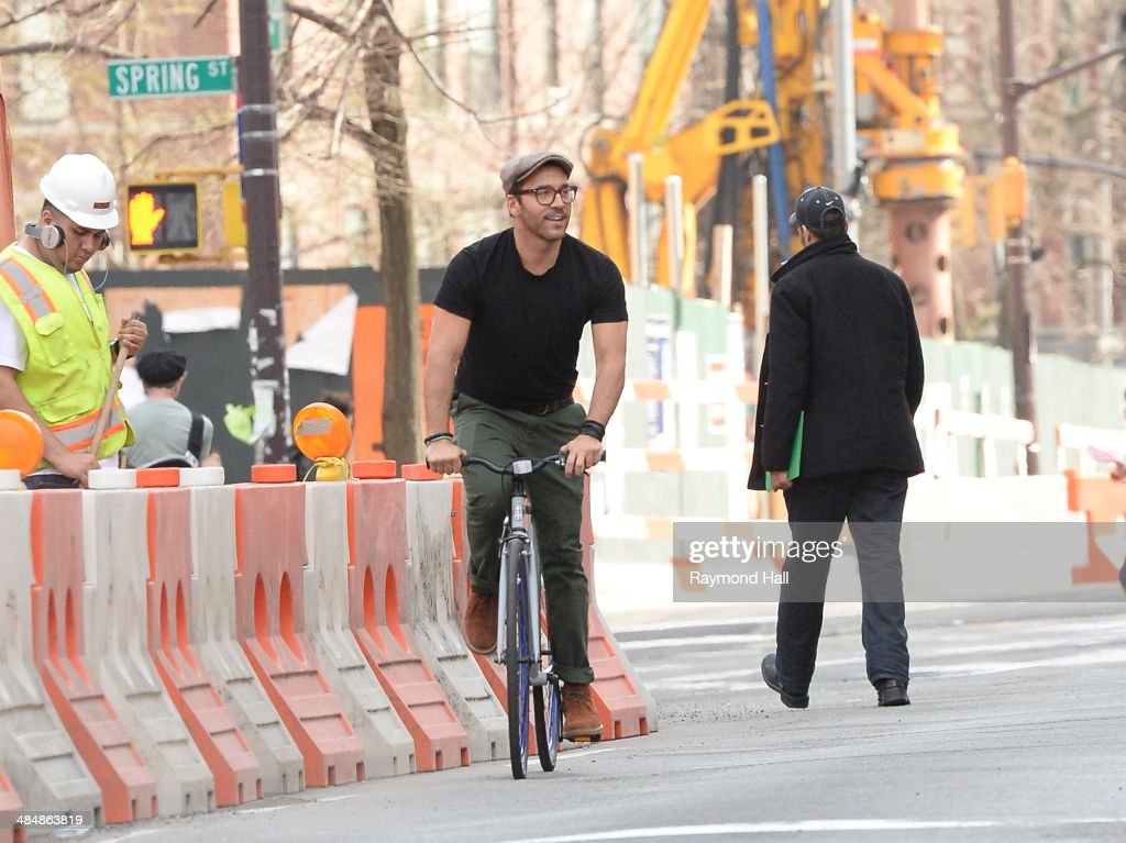 Actor <a gi-track='captionPersonalityLinkClicked' href=/galleries/search?phrase=Jeremy+Piven&family=editorial&specificpeople=206338 ng-click='$event.stopPropagation()'>Jeremy Piven</a> is seen biking in Soho on April 14, 2014 in New York City.