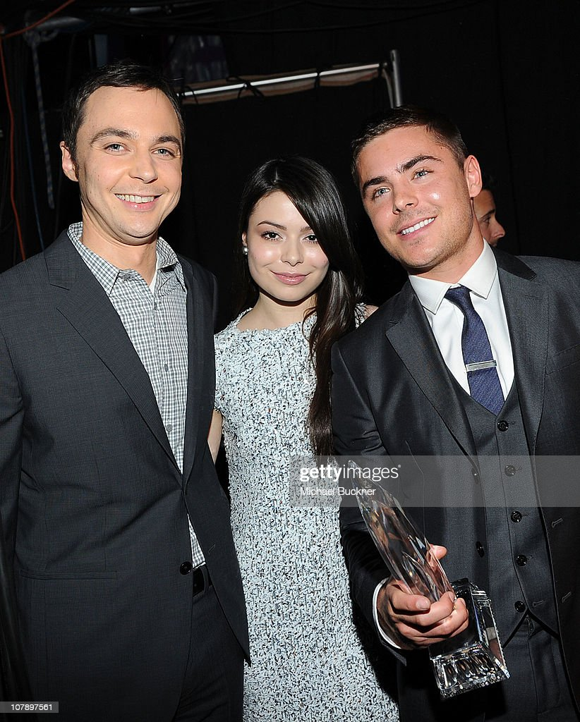 Actor <a gi-track='captionPersonalityLinkClicked' href=/galleries/search?phrase=Jim+Parsons&family=editorial&specificpeople=2480791 ng-click='$event.stopPropagation()'>Jim Parsons</a> and actress <a gi-track='captionPersonalityLinkClicked' href=/galleries/search?phrase=Miranda+Cosgrove&family=editorial&specificpeople=709215 ng-click='$event.stopPropagation()'>Miranda Cosgrove</a> pose with Actor <a gi-track='captionPersonalityLinkClicked' href=/galleries/search?phrase=Zac+Efron&family=editorial&specificpeople=533070 ng-click='$event.stopPropagation()'>Zac Efron</a>, winner of the Favorite Movie Star Under 25 award at the 2011 People's Choice Awards at Nokia Theatre L.A. Live on January 5, 2011 in Los Angeles, California.