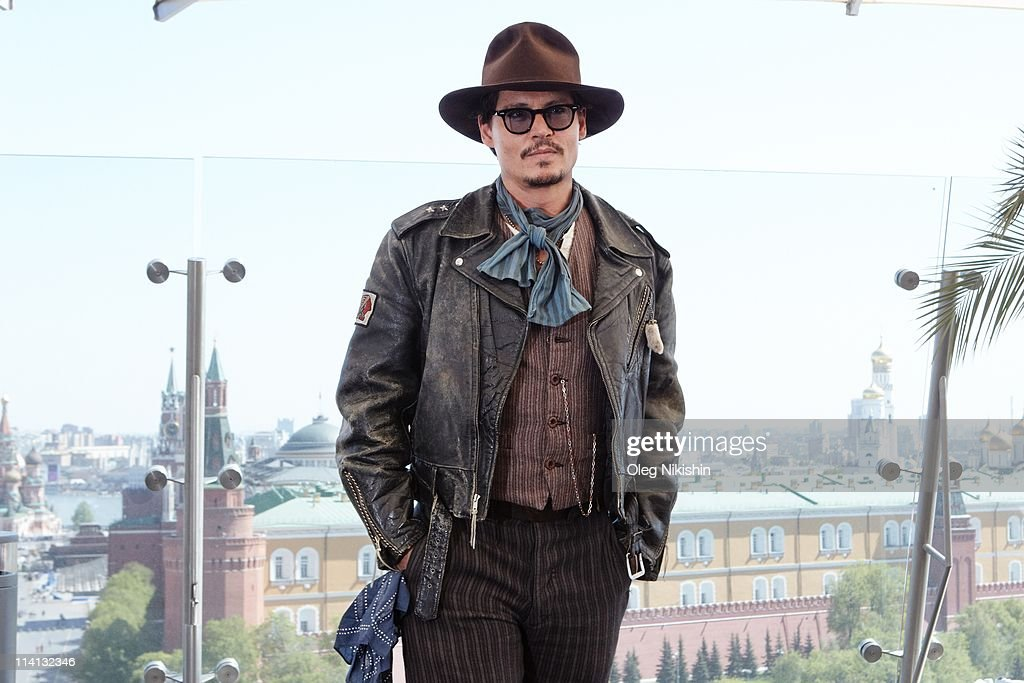 Actor <a gi-track='captionPersonalityLinkClicked' href=/galleries/search?phrase=Johnny+Depp&family=editorial&specificpeople=202150 ng-click='$event.stopPropagation()'>Johnny Depp</a> poses for a photocall before the Russian premiere of the film 'Pirates Of The Caribbean: On Stranger Tides' on the roof of the Ritz hotel on May 11, 2011 in Moscow, Russia.