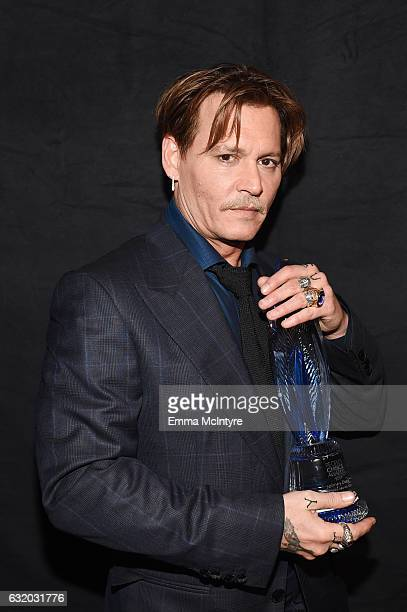 Actor Johnny Depp winner of the Favorite Movie Icon award poses backstage at the People's Choice Awards 2017 at Microsoft Theater on January 18 2017...