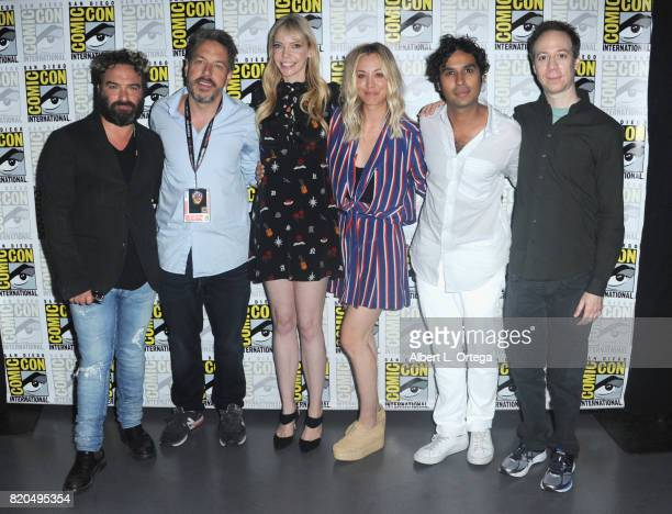 Actor Johnny Galecki moderators John Ross Bowie Riki Lindhome actors Kaley Cuoco Kunal Nayyar and Kevin Sussman pose backstage at ComicCon...