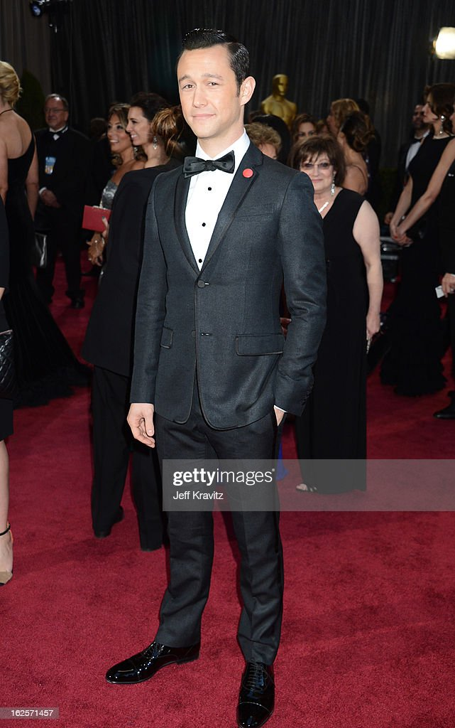 Actor <a gi-track='captionPersonalityLinkClicked' href=/galleries/search?phrase=Joseph+Gordon-Levitt&family=editorial&specificpeople=213632 ng-click='$event.stopPropagation()'>Joseph Gordon-Levitt</a> arrives at the Oscars at Hollywood & Highland Center on February 24, 2013 in Hollywood, California.