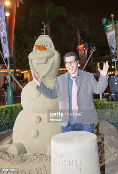 Actor Josh Gad visits Disneyland on May 23 2014 in Anaheim California Josh Gad counts down to opening beside an 18000pound sand sculpture of Olaf at...
