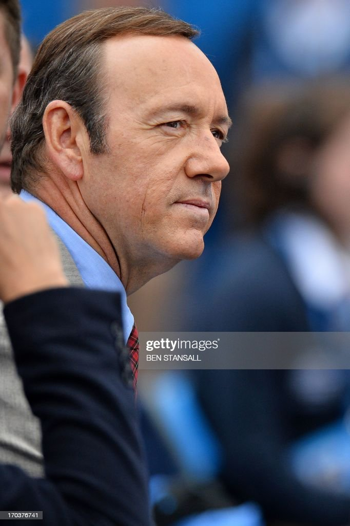 US actor Kevin Spacey watches as France's Nicolas Mahut plays Scotland's Andy Murray during their ATP Aegon Championships tennis match at the Queen's Club in west London on on June 12, 2013. AFP PHOTO / BEN STANSALL