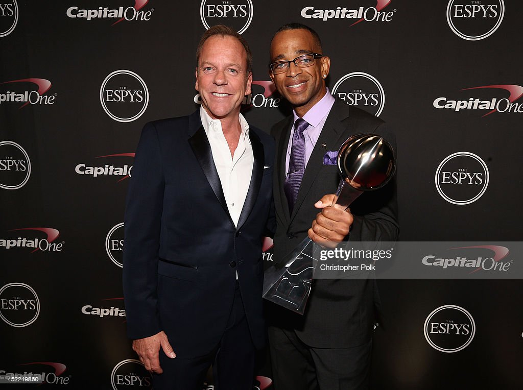 Actor <a gi-track='captionPersonalityLinkClicked' href=/galleries/search?phrase=Kiefer+Sutherland&family=editorial&specificpeople=203142 ng-click='$event.stopPropagation()'>Kiefer Sutherland</a> and ESPN anchor <a gi-track='captionPersonalityLinkClicked' href=/galleries/search?phrase=Stuart+Scott+-+Sportscaster&family=editorial&specificpeople=553713 ng-click='$event.stopPropagation()'>Stuart Scott</a> with the award for Jimmy V Award for Perseverance at The 2014 ESPYS at Nokia Theatre L.A. Live on July 16, 2014 in Los Angeles, California.