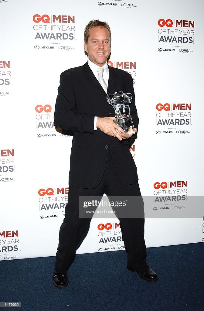 Actor Kiefer Sutherland poses with his award backstage at the 2002 GQ Men of the Year Awards October 16, 2002 at the Manhattan Center in New York City, New York.