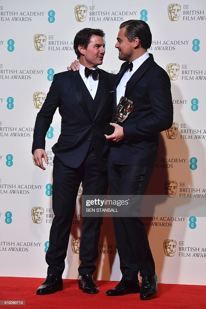 US actor Leonardo DiCaprio (R) poses with the award for a leading actor for his work on the film 'The Revenant' with award presenter US actor Tom Cruise (L) at the BAFTA British Academy Film Awards at the Royal Opera House in London on February 14, 2016. AFP / BEN STANSALL / AFP / BEN STANSALL
